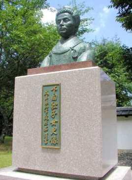 下田歌子銅像
